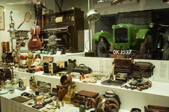 Vários objetos retros indicados nas mostras no museu de ciência de Londres fotografia de stock royalty free