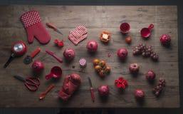 Vários objetos vermelhos em uma tabela de madeira Foto de Stock Royalty Free