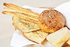Vários pães na cesta Imagens de Stock Royalty Free