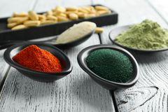 Vários pós coloridos do superfood no kitchenware imagens de stock