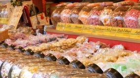 Vários pirulitos redondos no contador do mercado europeu do Natal Nomes alemães dos doces Doces redondos de vitrificação no vidro filme