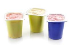 Vários potenciômetros plásticos do iogurte imagens de stock royalty free