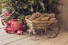 Vários presentes de Natal sob a árvore de Natal iluminada Fotografia de Stock