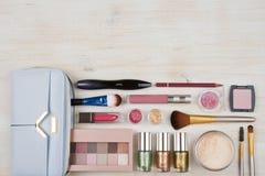 Vários produtos dos cosméticos da composição no fundo de madeira da tabela com copyspace imagem de stock royalty free