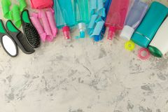 Vários produtos dos cuidados capilares e vários acessórios para pentes do cabelo, faixas elásticas, encrespadores, ondulando Em u fotos de stock