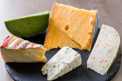 vários queijos em uma placa fotos de stock royalty free