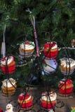 Vários queques coloridos do Natal com a árvore de Natal na tabela de madeira imagens de stock