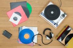 Vários registros com plataforma giratória e fones de ouvido Imagens de Stock Royalty Free