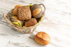 Vários rolos ou bolos de pão do trigo, centeio wholegrain e com imagem de stock royalty free