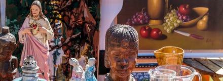Vários símbolos da religião, pintura, pratos, estátuas africanas e Cristo Foto de Stock