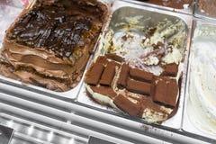 Vários sabores do gelato em Italia Gelado italiano cremoso na janela da loja imagem de stock royalty free