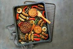Vários salsichas e vegetais roasted Imagens de Stock Royalty Free