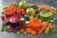 Vários sucos dos legumes frescos Imagens de Stock Royalty Free