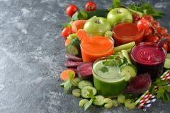 Vários sucos dos legumes frescos Imagens de Stock