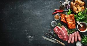 Vários tipos da grade e das carnes do BBQ com os utensílios da cozinha e do carniceiro do vintage fotografia de stock royalty free