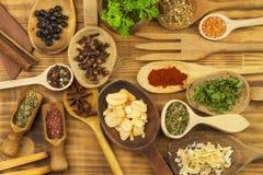 Vários tipos das especiarias na mesa de cozinha Alimento do tempero Vendas de especiarias exóticas Anúncio em especiarias Fotografia de Stock
