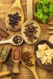 Vários tipos das especiarias na mesa de cozinha Alimento do tempero Vendas de especiarias exóticas Anúncio em especiarias Imagem de Stock Royalty Free