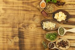 Vários tipos das especiarias na mesa de cozinha Alimento do tempero Vendas de especiarias exóticas Anúncio em especiarias Fotografia de Stock Royalty Free