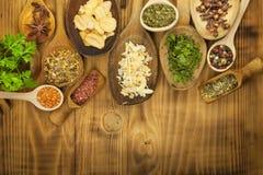 Vários tipos das especiarias na mesa de cozinha Alimento do tempero Vendas de especiarias exóticas Anúncio em especiarias Imagens de Stock