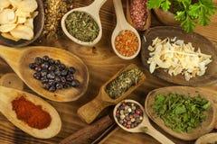 Vários tipos das especiarias na mesa de cozinha Alimento do tempero Vendas de especiarias exóticas Anúncio em especiarias Imagens de Stock Royalty Free