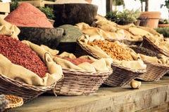 Vários tipos das especiarias no mercado Fotos de Stock Royalty Free