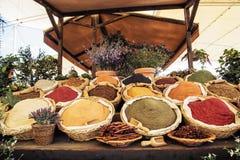 Vários tipos das especiarias no mercado Imagem de Stock Royalty Free