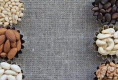 Vários tipos das porcas na textura da tela Foto de Stock Royalty Free