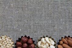 Vários tipos das porcas na textura da tela Imagens de Stock Royalty Free