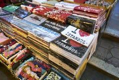 Vários tipos de camisas coloridas de t na venda dentro do bazar grande em Istambul imagens de stock