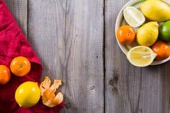 Vários tipos de citrinos em um fundo de madeira Imagens de Stock