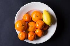Vários tipos de citrinos em um fundo escuro Fotos de Stock Royalty Free