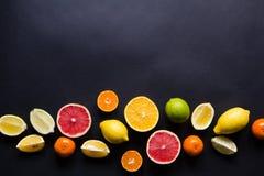Vários tipos de citrinos em um fundo escuro Imagem de Stock Royalty Free