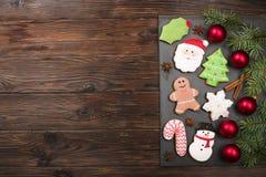 Vários tipos de cookies do pão-de-espécie do Natal com ramos de árvore do abeto, varas de canela, estrela do anis, vela e o ascen Foto de Stock Royalty Free