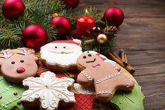 Vários tipos de cookies do pão-de-espécie do Natal com ramos de árvore do abeto, varas de canela, estrela do anis, vela e o ascen Imagem de Stock Royalty Free