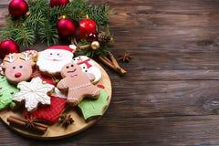 Vários tipos de cookies do pão-de-espécie do Natal com ramos de árvore do abeto, varas de canela, estrela do anis, vela e o ascen Imagens de Stock Royalty Free