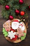 Vários tipos de cookies do pão-de-espécie do Natal com ramos de árvore do abeto, varas de canela, estrela do anis, vela e o ascen Imagem de Stock