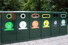 Vários tipos de escaninhos de reciclagem Fotografia de Stock Royalty Free