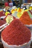 Vários tipos de especiarias e de ervas secadas na venda no bazar da especiaria em Istambul fotografia de stock