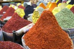 Vários tipos de especiarias e de ervas secadas na venda no bazar da especiaria em Istambul, foto de stock