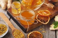Vários tipos de mel na bandeja de madeira, close up Imagens de Stock Royalty Free