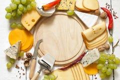 Vários tipos de queijo com fundo vazio do espaço Fotos de Stock Royalty Free