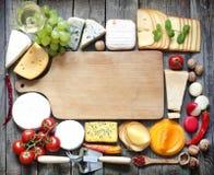 Vários tipos de queijo com fundo vazio do espaço Imagens de Stock