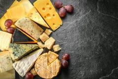 Vários tipos de queijo com fundo vazio do espaço Imagens de Stock Royalty Free