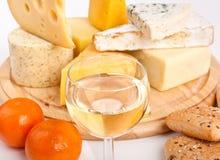 Vários tipos de queijo com vinho Imagem de Stock