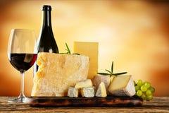 Vários tipos de queijo com vinho tinto Foto de Stock