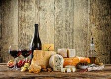 Vários tipos de queijo com vinho tinto Imagens de Stock