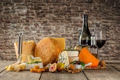 Vários tipos de queijo com vinho tinto Foto de Stock Royalty Free
