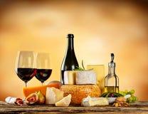 Vários tipos de queijo com vinho tinto Imagens de Stock Royalty Free