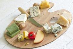 Vários tipos de queijo do sumário na vida branca ainda Foto de Stock