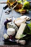 Vários tipos de queijo e do vinho branco Fotos de Stock